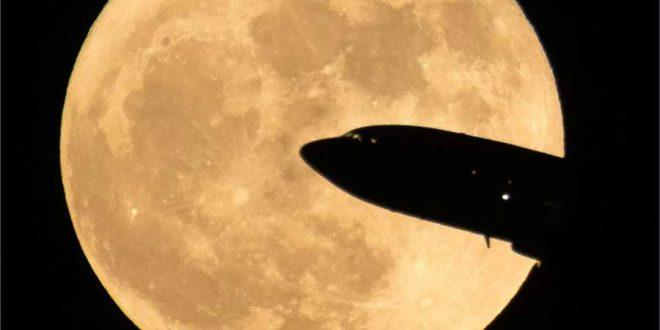 هواپیما و قرص ماه