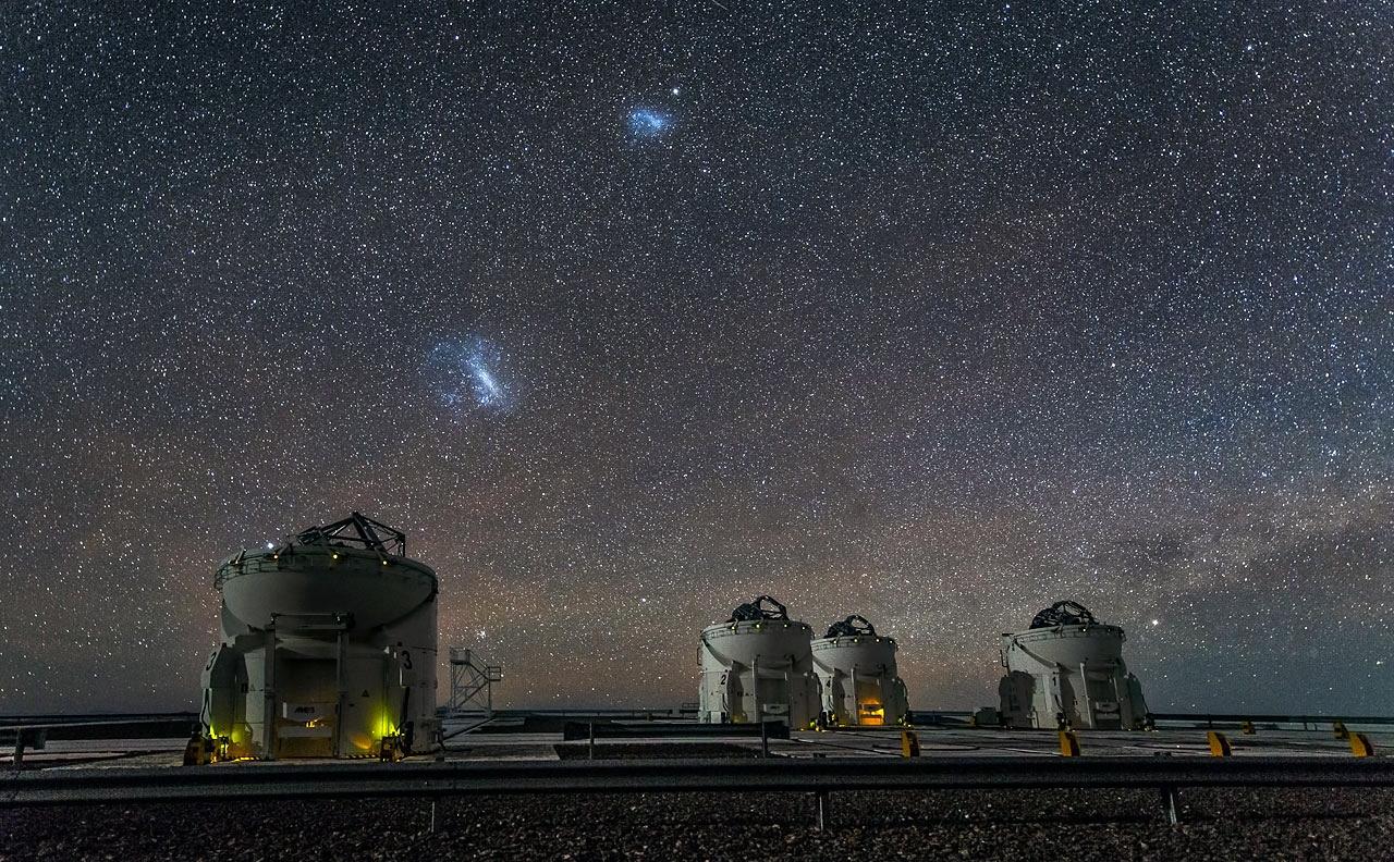 ابرهای ماژلانی بر فراز رصدخانه پارانال